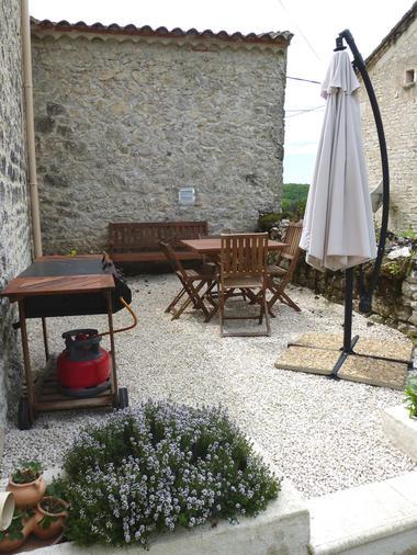 salon de jardin avec barbecue