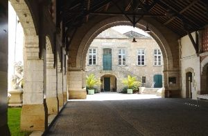 Halle-de-la-mairie-de-Bazas.jpg