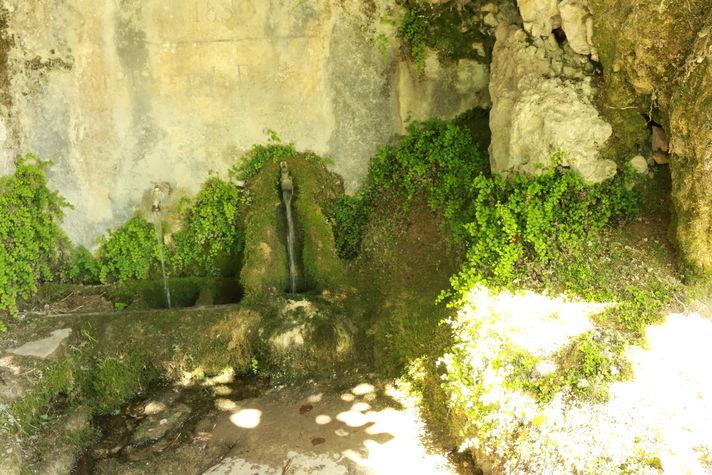 Fontaine aménagée sortie de Gluges.JPG