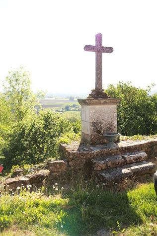 la croix au pied du château.jpg