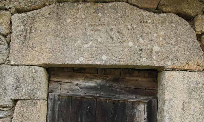 Lac de vergnes.Comiac.Candes.linteau de porte 1785.jpg