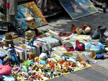 Etalage_de_vide-grenier_Paris_11eme.jpg