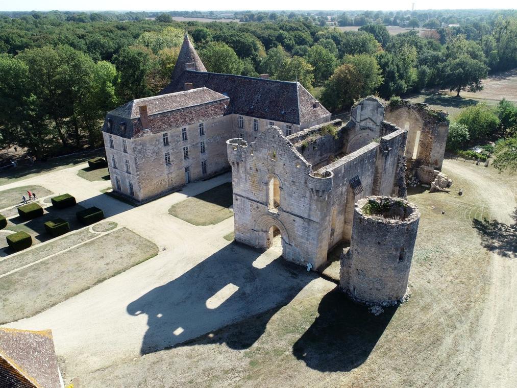 Abbaye de la Réau vue drone - Saint Martin l'Ars ©Momentum Productions (2).jpg