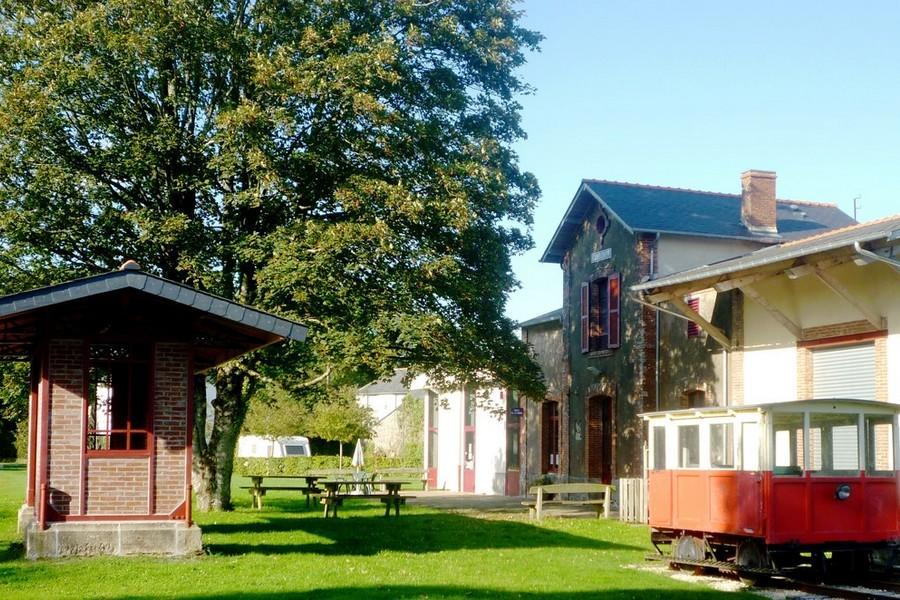Gare de Guiscriff avec Draisine et Abri de quai (Copier).JPG