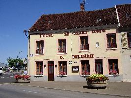 Façade-Restaurant-Le-Grand-Condé-Montmirail-rue