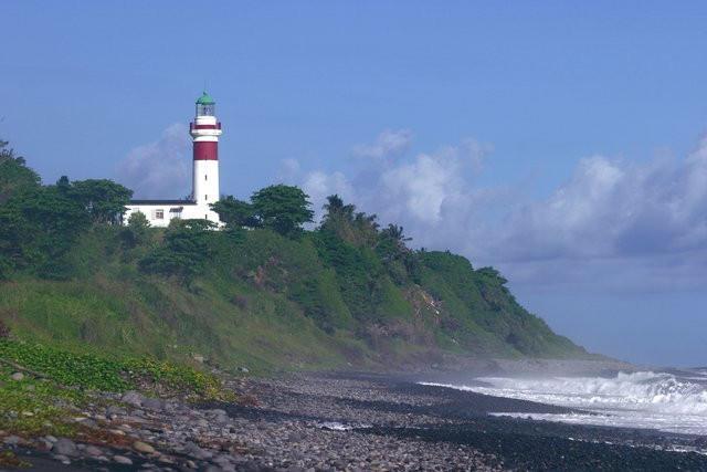 Le phare de Sainte Suzanne dans le jardin duquel est installé l'office de tourisme. - Office de Tourisme Intercommunal du Nord - Antenne de Ste-Suzanne