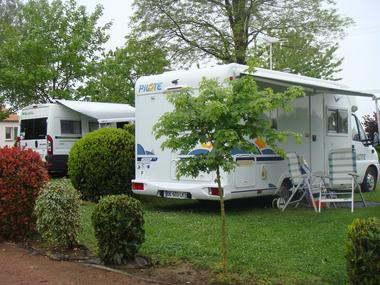 Argentonnay-camping-du-lac-dhautibus-aire-camping-car-sit.jpg