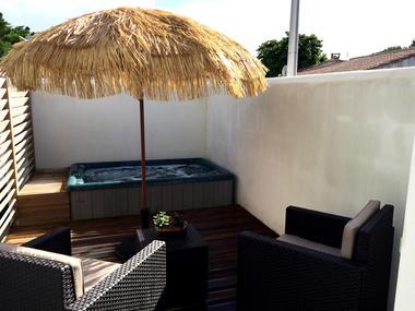 La-terrasse-et-la-spa-privé-chambre-Kaki-1.jpg