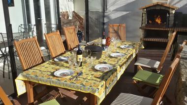 E 5 VPet J Terrasse BBQ Table.jpg