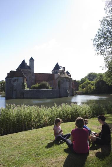 Devant le château d'Olhain © Brigitte Baudesson