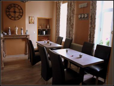 REVE-BLEU-CHAMBRE-HOTE-TABLE.jpg