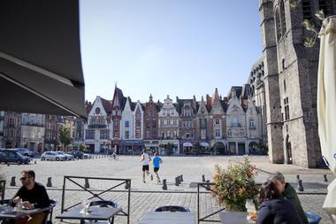 La Grand'Place de Béthune, en terrasse © Brigitte Baudesson