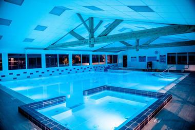 piscine_interieur-les-varennes-iledere.jpg