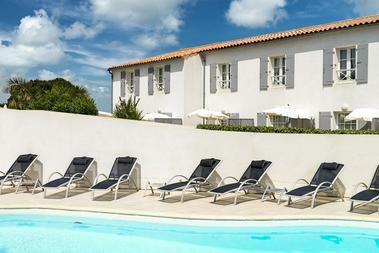 apparthotel-perledere-iledere-lacouarde-piscine.jpg