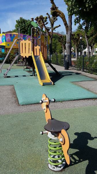 aire_de_jeux_enfants_Place_République_La_Roche_Posay (5).jpg