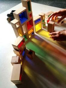 A la conquête du vitrail, jouons avec des cubes de couleur © Cité du vitrail