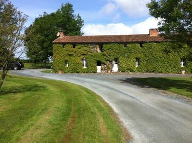 saint-aubin-de-baubigne-chambre-dhotes-roches-mousset-facade.jpg
