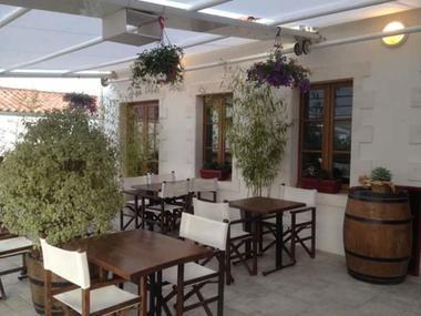 restaurant-lemeraude-lesportesenre-terrasse.jpg