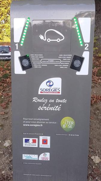 Borne_recharge_véhicule_électrique_La_Roche_Posay_2.jpg