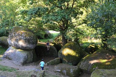 rocher-branlant-jardin-des-chirons-2000bressuirais (pw) 5280.jpg