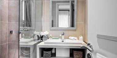 salle-de-bain-douche-a-litalienne-chambres-design-hotel-luxe-bastide-de-biot-1255x627.jpg
