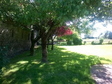 mauleon-st-aubin-de-baubigne-gite-les-guyonnieres-jardin1.jpg