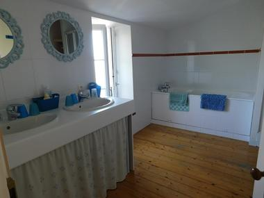 Les Brulonnes-salle-bain-vue1.jpg