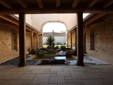 nueil-les-aubiers-chambres-dhotes-la-minaudiere-patio2.jpg