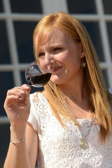 Scène femme verre vin © Patrice Thébault.jpg