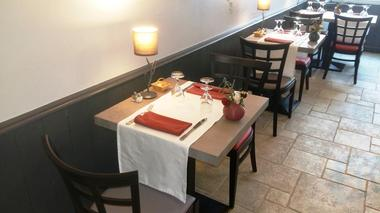 restaurant-lemeraude-lesportesenre-table.jpg