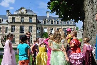"""Atelier en famille """"A vos Perruques"""" - Château de Ranchicourt - © Béthune-Bruay Tourisme - Rebreuve-Ranchicourt"""
