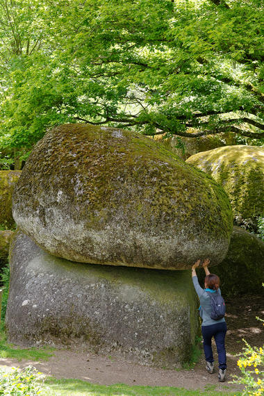 rocher-branlant-jardin-chirons-pw-6028-2000.jpg