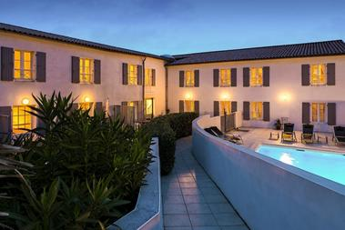 apparthotel-perledere-iledere-lacouarde-piscine-entree.jpg