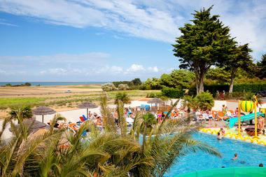 Camping-Les-Peupliers---piscine-vue-mer.jpg