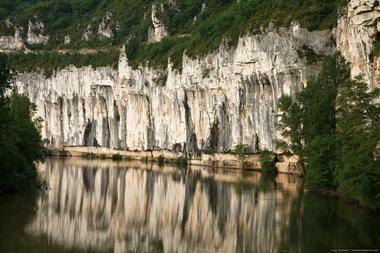Chemin de halage entre St Cirq et Bouziès Lot Tourisme - PNRCQ - J.Morel 004_2048x1365.jpg