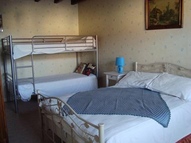 genneton-gite-les-3-roses-chambre2.JPG
