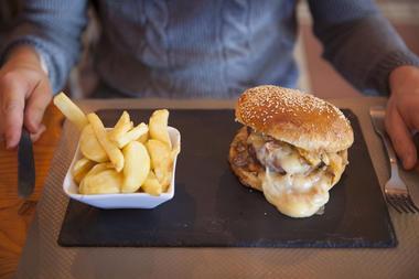 Un burger au Maroilles maison ! © Brigitte Baudesson