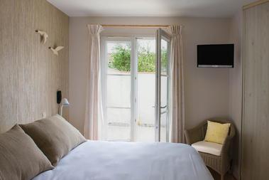 lit double fenêtre ouverte rien dans la cour jpg.jpg