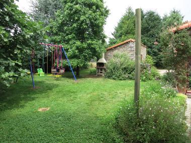 la-foret-sur-sevre-gite-le-bissut-jardin-barbecue.jpg