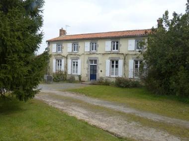 la-foret-sur-sevre-gite-le-loriot-facade1.jpg