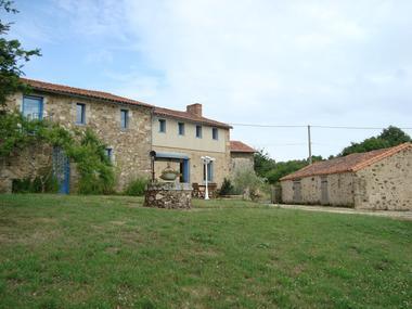 saint-amand-sur-sevre-gite-les-ecorcins-facade.jpg