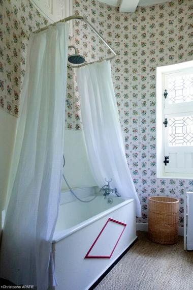 Suite La Saussaye salle de bain baignoire.jpeg