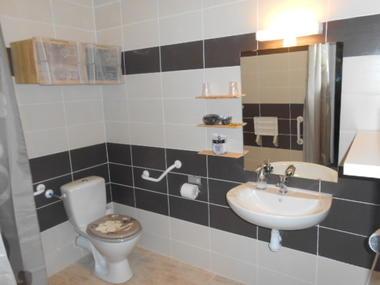 Appartement LES OLIVIERS_ salle de bain 2 - Meublés Saisonniers - La Maison d'Olivier.jpg