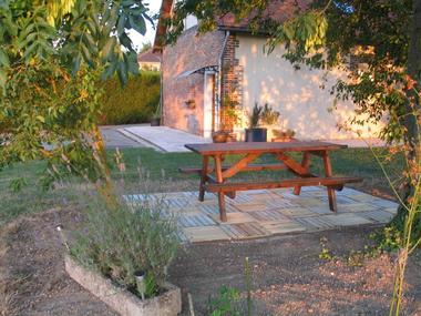 3c Terrasse avec table pique-nique.jpg