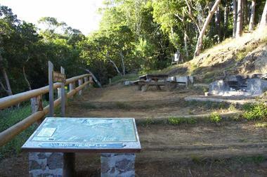 Fin de la route forestière, le sentier débute après la table d'information installée par l'ONF