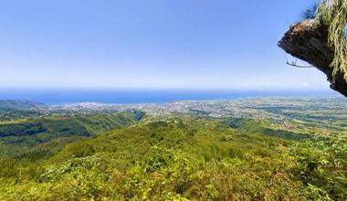 Le point de vue du Pic d'Adam offre une vue panoramique incroyable depuis le Barachois à gauche et presque jusqu'à Saint-André tout à droite
