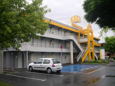 Valenciennes-Petite-Foret-1ere-classe-parking.JPG