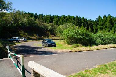 Le parking obligatoire, la route forestière est fermée par une barrière