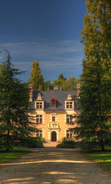 Allée du Facade château de Troussay en Val de Loire