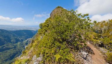 Le sentier longe le Bras de Cilaos, vue sur Le Dimitile et plus loin le Tampon